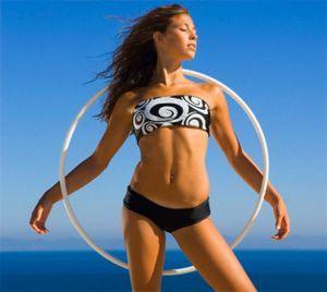 Девушка с обручем для похудения на фоне неба