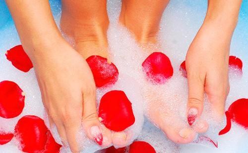 Ноги в мыльной пене с лепестками роз