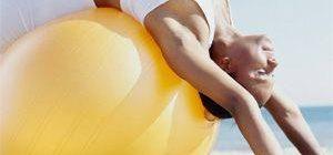 Упражнения для спины на мяче для фитнеса